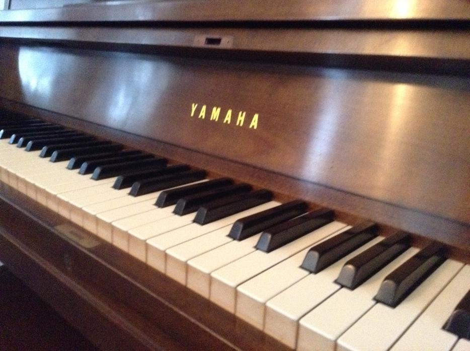 Yamaha p22 satin walnut piano victoria city victoria for Yamaha piano store winnipeg