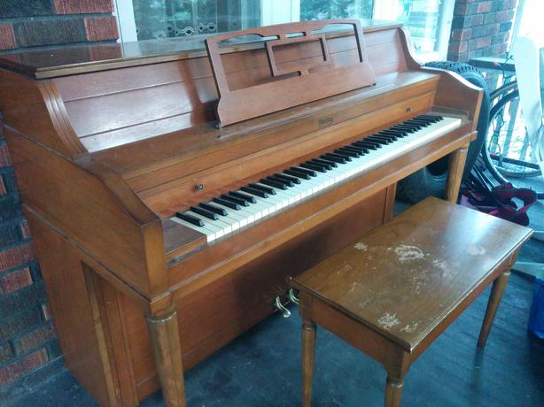 Free small studio sized piano sault ste marie sault ste for Small size piano