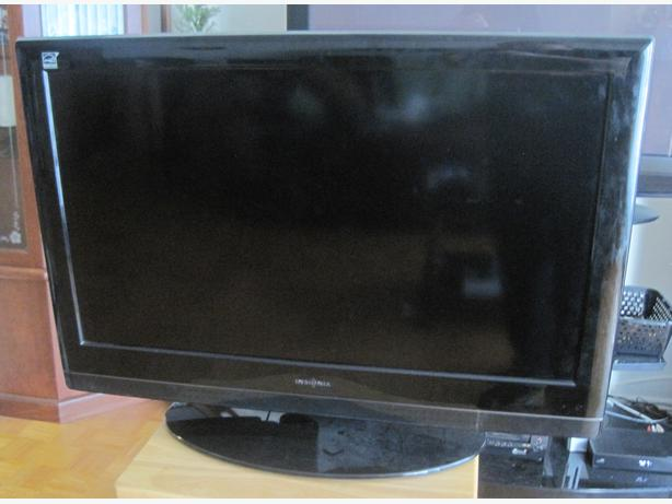 insignia 32 lcd flat screen tv with built in dvd player 240 obo st boniface winnipeg. Black Bedroom Furniture Sets. Home Design Ideas