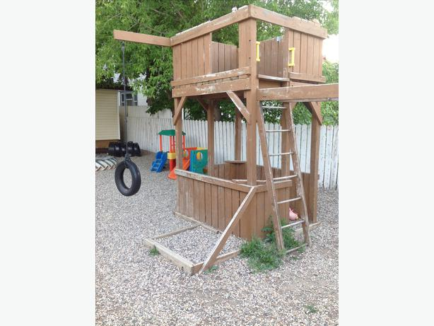 Play structure with monkey bars central regina regina for Tire play structure