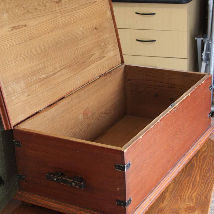 Antique linen chest qualicum parksville qualicum beach for Housse causeuse linen chest