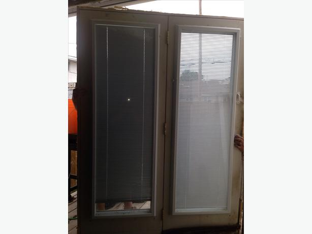 Used swinging patio door with blinds east regina regina for Used patio doors