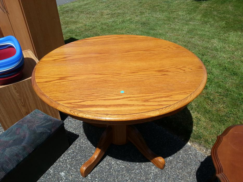 Round oak kitchen table with leaf central saanich for Oak kitchen table with leaf