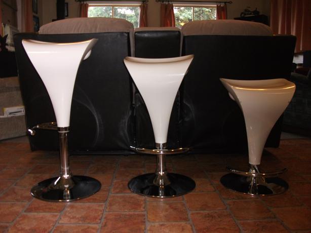 3 White Retro Style Bar Stools w Hydraulics 200 obo  : 47432855614 from www.usedcomoxvalley.com size 614 x 460 jpeg 30kB
