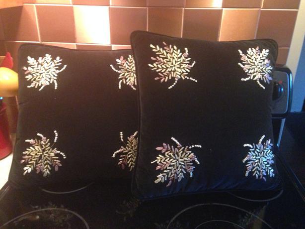 Black velvet throw pillows North Saanich & Sidney , Victoria - MOBILE