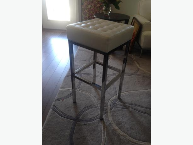 White leather stools with chrome legs Victoria City Victoria : 47662015614 from www.usedvictoria.com size 614 x 461 jpeg 23kB