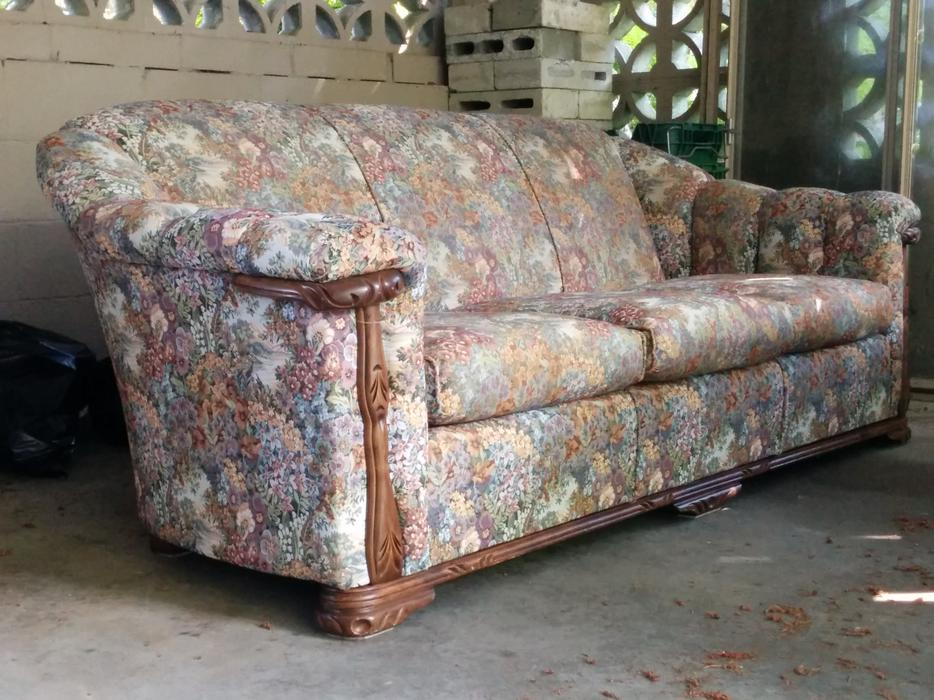 Old fashioned chesterfield couch duncan cowichan for Old fashioned couch