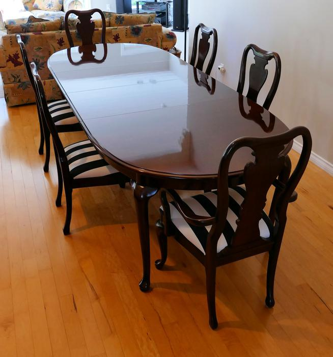 Dining room table chairs and hutch nanoose bay nanaimo for Dining room tables kelowna