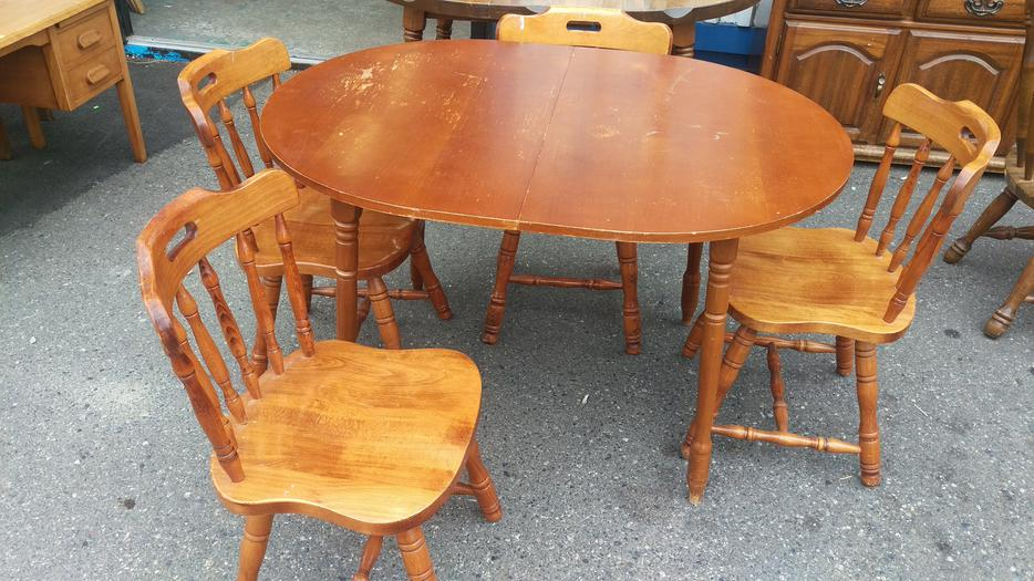 Solid maple dining room table with 4 chairs central for Dining room tables kelowna
