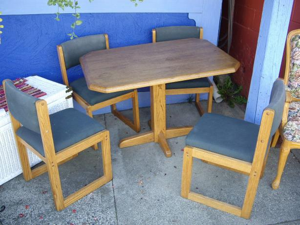 small rectangular oak dining table 4 chairs outside nanaimo parksville qualicum beach. Black Bedroom Furniture Sets. Home Design Ideas