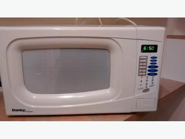 35   183  White Danby Microwave in Good ConditionUsed White Microwave