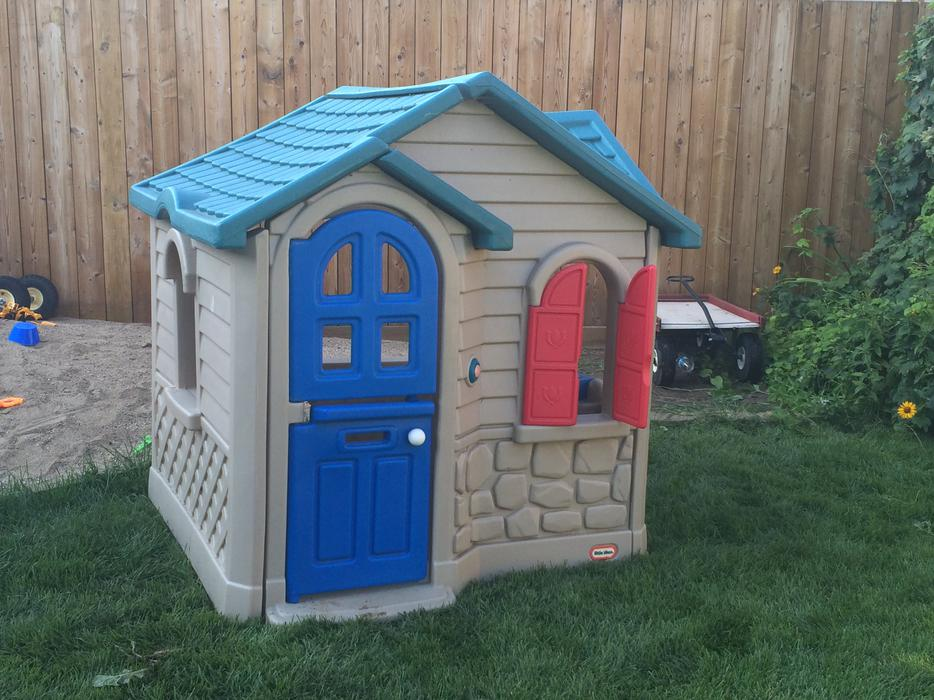 How to paint a plastic playhouse to add character and make it unique. Such an easy DIY to keep this Little Tikes house out of the landfill! I was leaving my gym the other day and saw this big playhouse sitting by the dumpster.