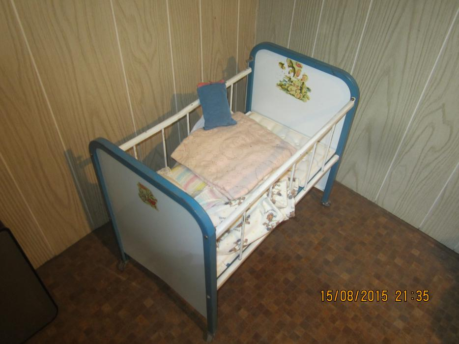 Vintage metal amsco tin doll crib children 39 s toy baby doll for Baby bed with wheels