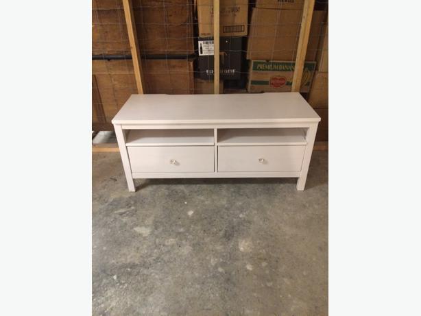 ikea hemnes tv stand white outside nanaimo nanaimo. Black Bedroom Furniture Sets. Home Design Ideas