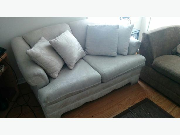 urgent sofa 2 places 2 seats sofa watch suivre hull sector quebec ottawa. Black Bedroom Furniture Sets. Home Design Ideas