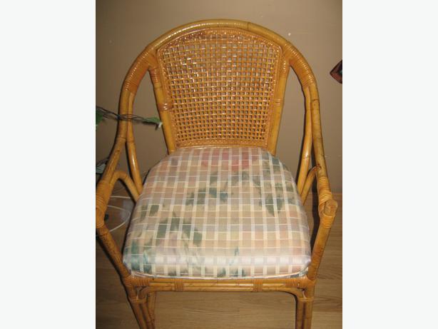 chaise en rotin tres solide en bonne condition avec coussin aylmer sector quebec ottawa. Black Bedroom Furniture Sets. Home Design Ideas