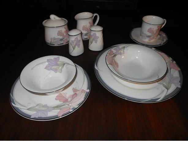 NORITAKE FIN BONE CHINA DINNERWARE SET