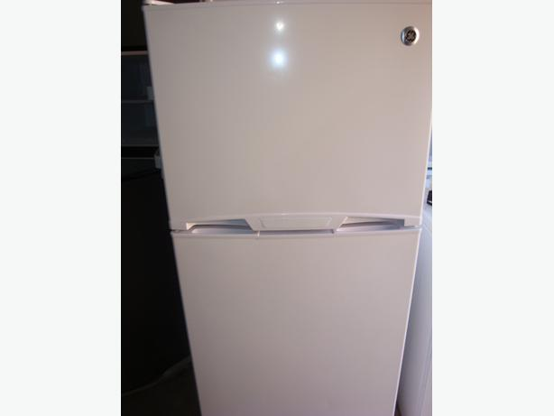 "New GE 24"" apartment size white fridge,GTR12BAXALWW, Central ..."