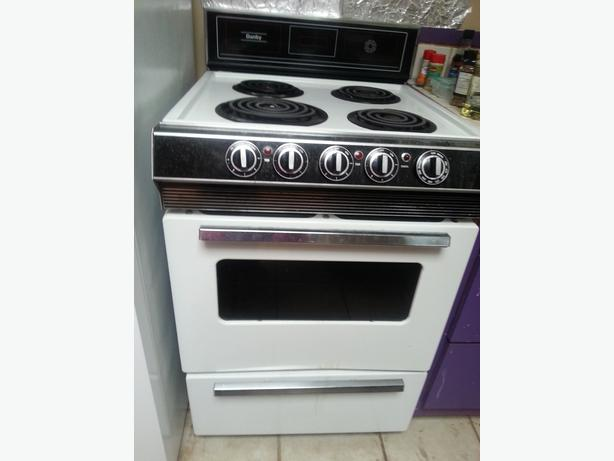 danby 24 inch wide white apartment size stove works fine