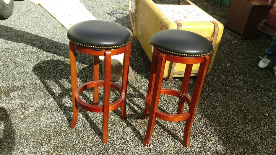 2 Leather Detailed Swivel Bar Stools Central Nanaimo  : 48838499934 from www.usedpqb.com size 934 x 525 jpeg 145kB