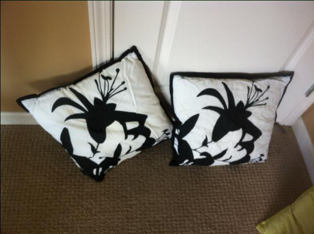 4 decorative pillows Victoria City, Victoria - MOBILE