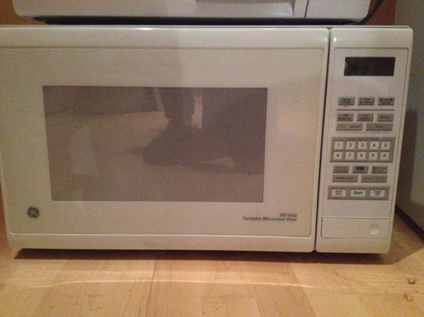 What can I say a a picture tells a thousand words   Used White Microwave