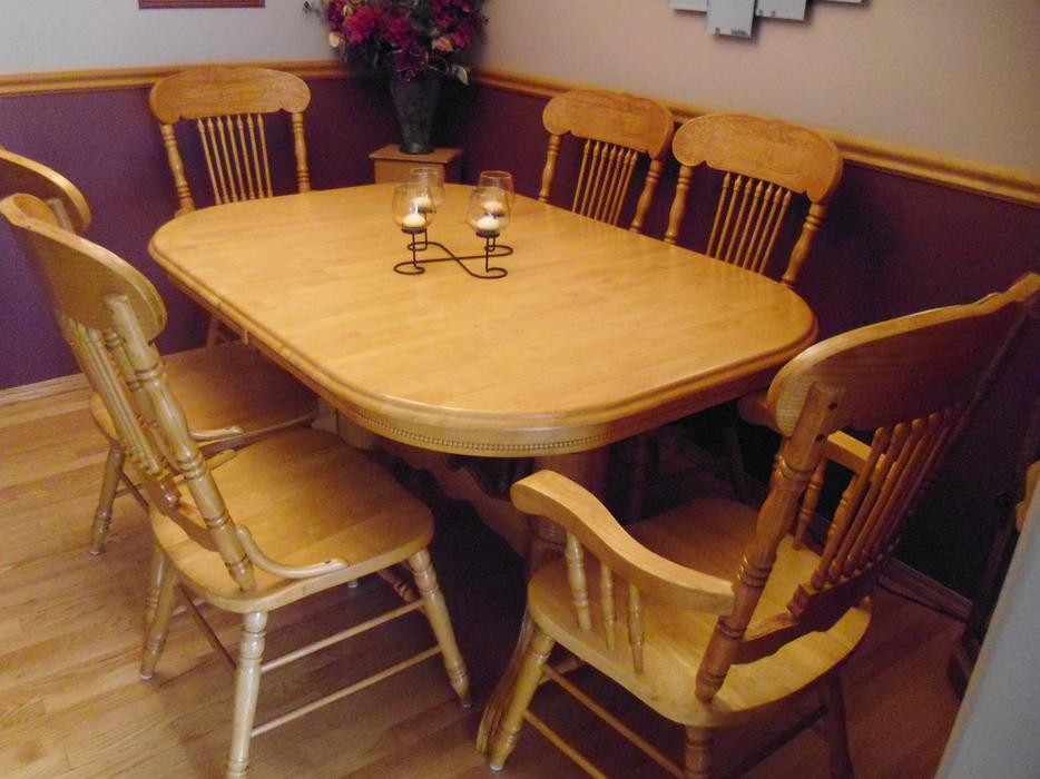 Oak dining room table and chairs north regina regina for Dining room tables kelowna