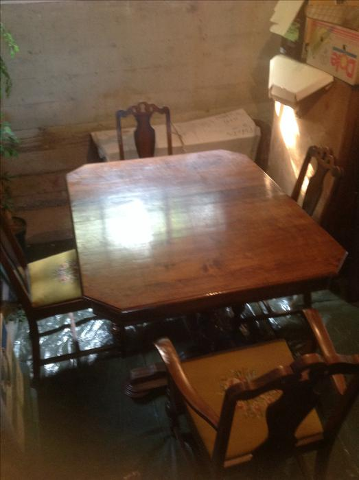 Dinning table and chairs central saanich victoria mobile for Dining room tables victoria bc