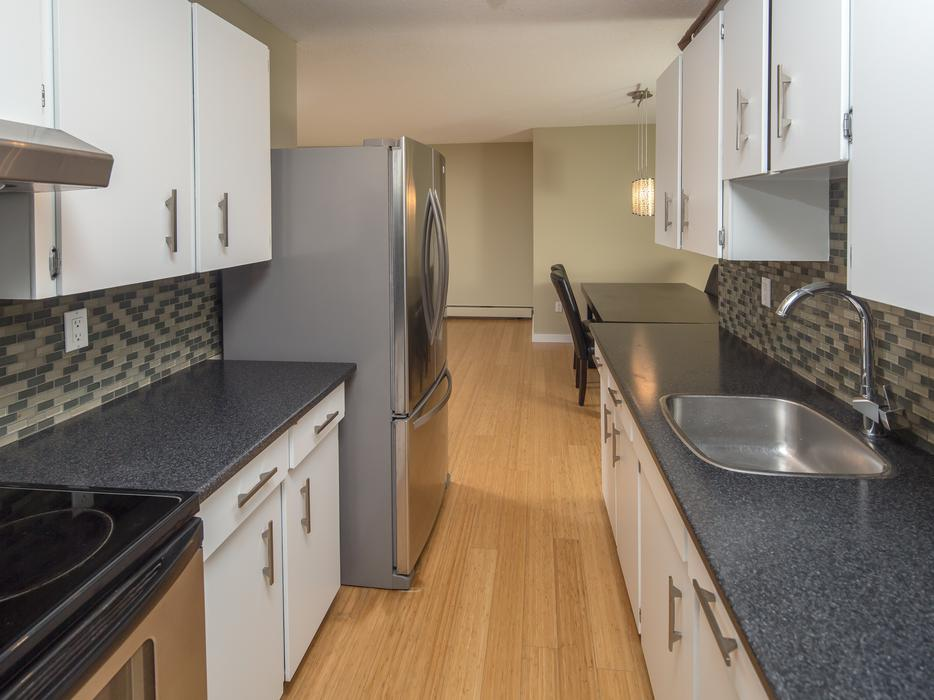 Immaculate Condo W 1055 Of Living Space Victoria