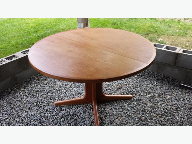 round teak table with leaf and 3 matching chairs table