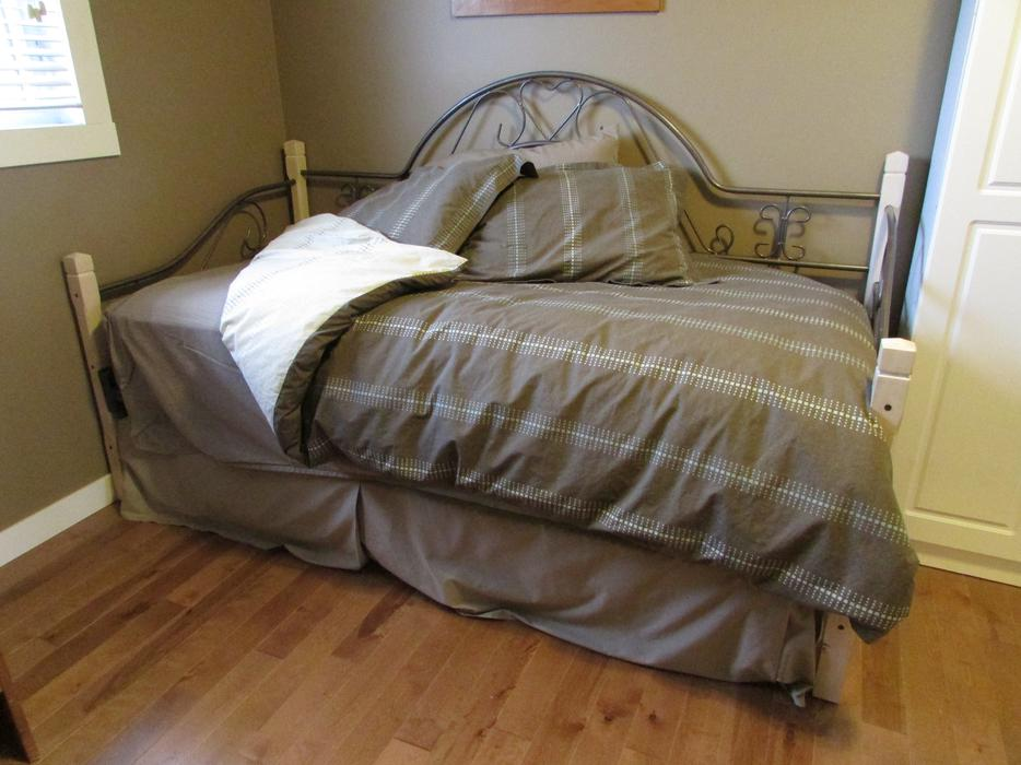 Twin daybed with trundle bed mattresses duvets and for Best twin mattress for daybed