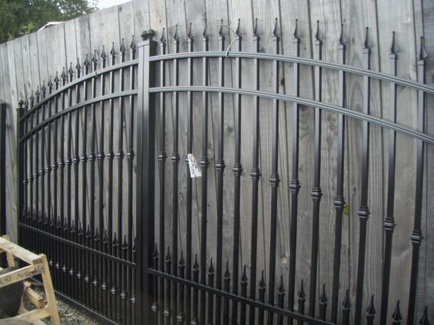 Aluminum driveway gates and side gates are in outside for Aluminum driveway gates prices