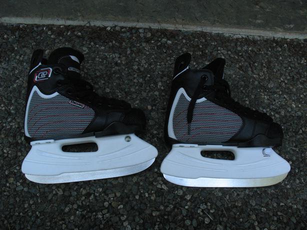 Carver adjustable skates, size 1-3 (age 7-10-ish)