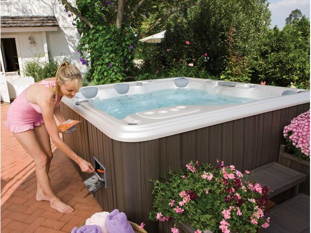 "SUPER HOT-TUB DEAL! GORGEOUS WELL-MAINTAINED HOT-TUB SPA IN ORLEANS!(90""x90"")"