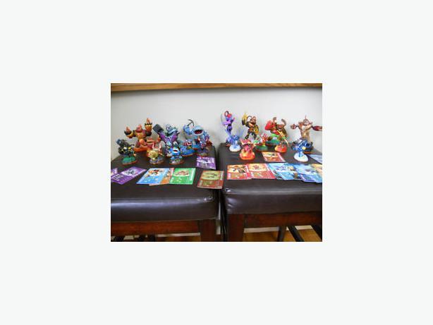 Wii Skylanders Bundle with 18 Skylanders, portal and game