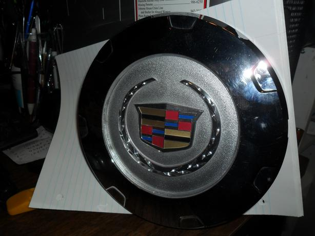 CADILLAC  ESCALADE  CENTER  CAP-----LIKE  NEW