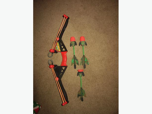 Kid's bow and arrow set with rubberized arrows