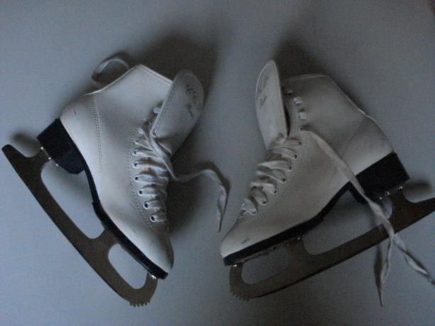Girl's size 6 figure skates (CCM Piroutte)