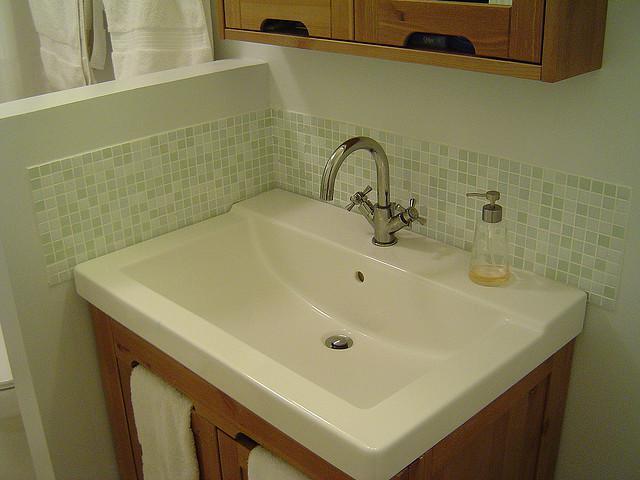 Ikea wastafel hollviken 170449 ontwerp for Bathroom cabinets nanaimo