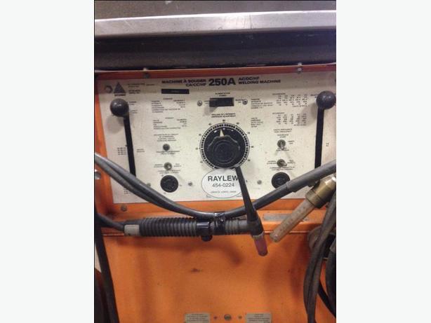 WELDER 250 Amp ARCWELD AC/DC MIG - TIG