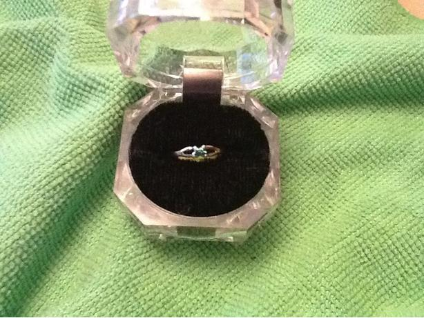 10k gold ring with green emerald size 3 or 14mm