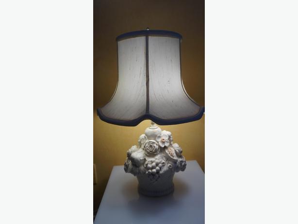 4U2C VINTAGE WHITE CERAMIC FLORAL LAMP