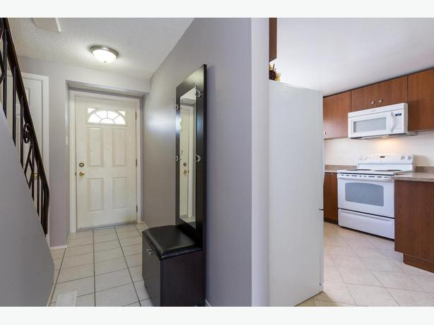 Bright, Updated and spacious Town Home! Backing onto park
