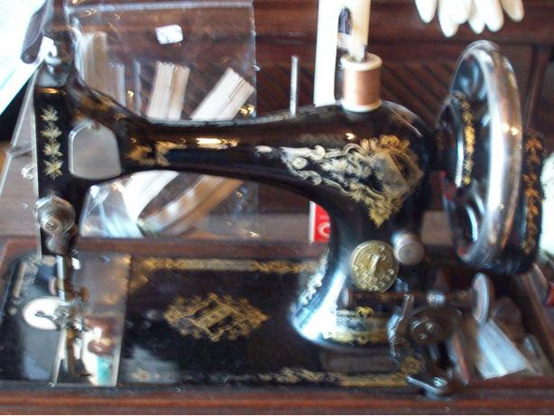 WANTED: ANTIQUE SINGER HAND CRANK SEWING MACHINE