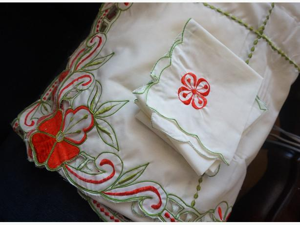 VINTAGE EMBROIDERED TABLE CLOTH AND NAPKINS