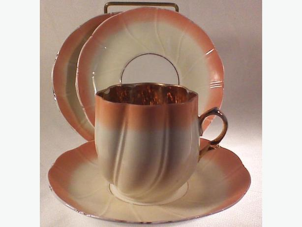 Bud-shaped teacup gold interior