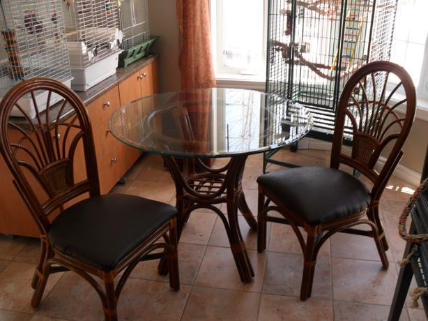 Small dinette table/ petite table de sejour