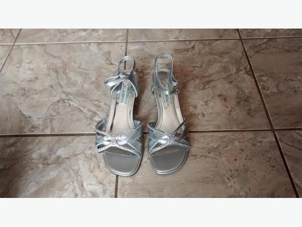 LIKE NEW - Ladies Beautiful Silver Lasonia Rhinestone Sandals