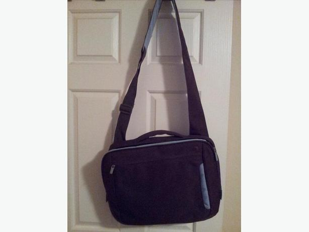 Messenger bag style laptop bag