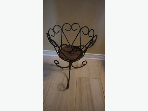 4u2c VINTAGE DECORATIVE WROUGHT IRON PLANTER
